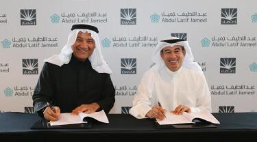 Mohammed Abdul Latif Jameel and Mohamed Ali Alabbar (Chairman of Emaar Properties) signing Emaar Jameel MoU