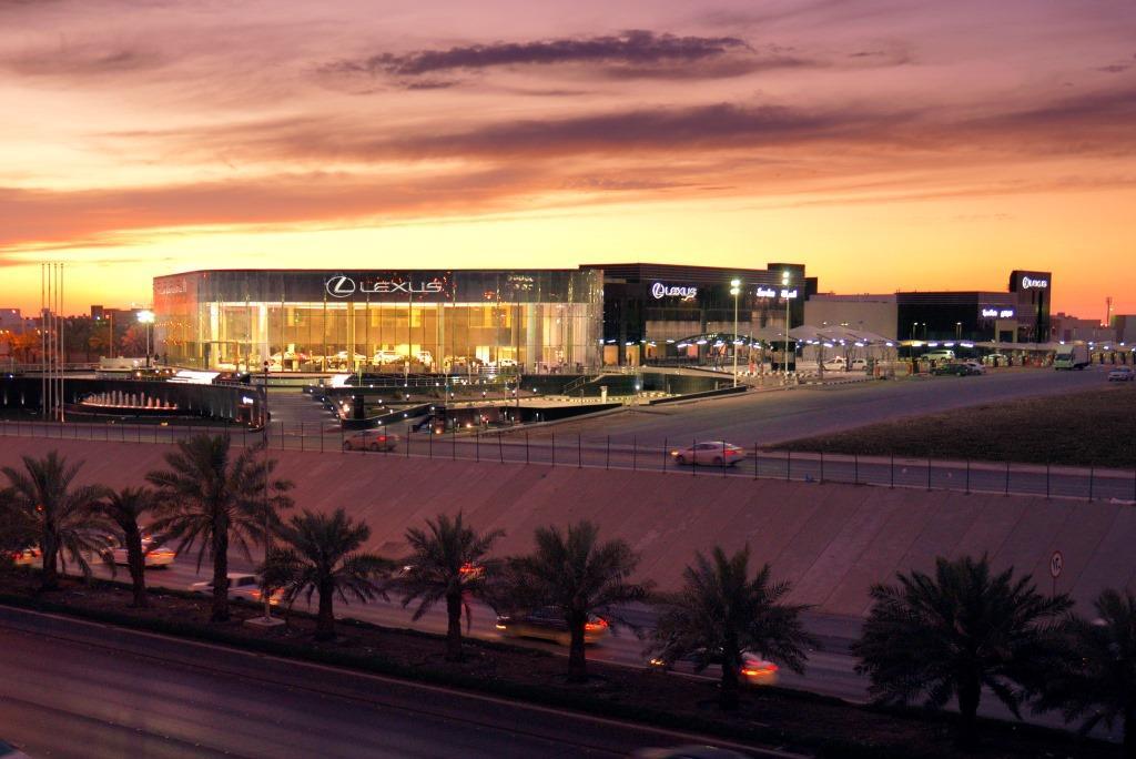 حسن جميل يفتتح أكبر مركز لكزس للسيارات في العالم بالرياض