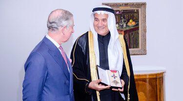 صاحب السمو الملكي أمير ويلز يمنح محمد عبد اللطيف جميل لقب الفارس الشرفي تكريماً لجهوده البارزة