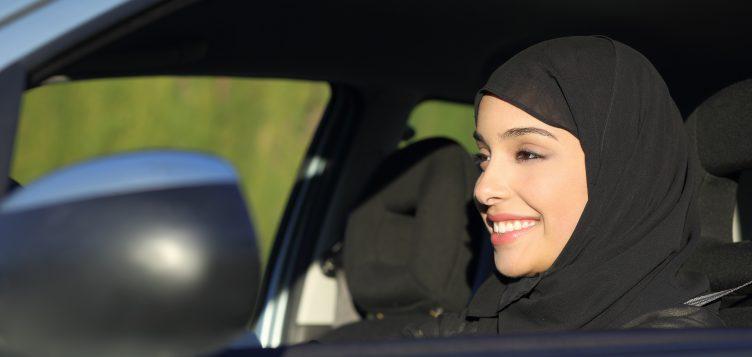 女性ドライバーがサウジアラビアの変化する姿を示す