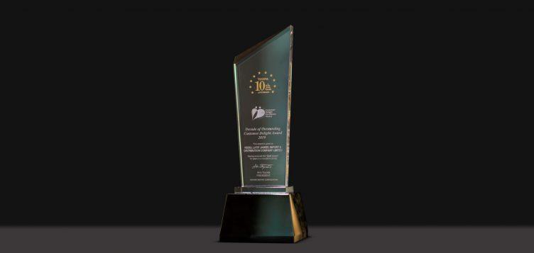 """عبداللطيف جميل للسيارات تتلقى جائزة """"عقد على التميز في خدمة العملاء"""" من تويوتا"""